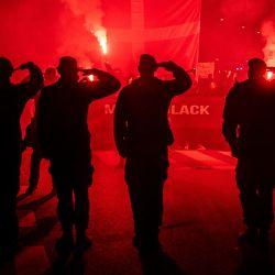 Los manifestantes saludan mientras participan en una marcha organizada por el movimiento anti-restricción  | Foto:Martin Sylvest / Ritzau Scanpix / AFP