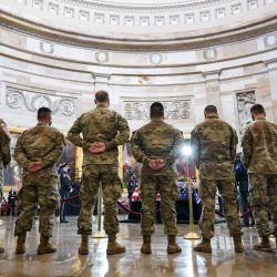 Las tropas de la Guardia Nacional presentan sus respetos en el ataúd del difunto oficial de policía del Capitolio de los EE. UU. William  | Foto:Drew Angerer / POOL / AFP