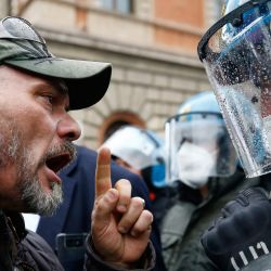 Un manifestante choca con agentes de policía tras la manifestación de los trabajadores de la lavandería y el turismo contra las restricciones del coronavirus. | Foto:Cecilia Fabiano / LaPresse vía Zuma Press / DPA
