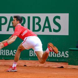 El serbio Novak Djokovic juega un regreso durante su partido de individuales de segunda ronda contra el italiano Jannik Sinner en el quinto día del torneo Montecarlo ATP Masters Series en Mónaco. | Foto:Valery Hache / AFP