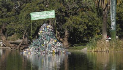 La Ciudad instalo una isla flotante de plástico frente al Planetario