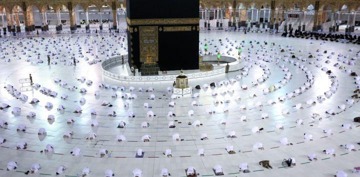 Los fieles musulmanes realizan la oración de Tarawih por la noche durante el mes de ayuno del Ramadán alrededor de la Kaaba en el complejo de la Gran Mezquita en la ciudad santa de La Meca.
