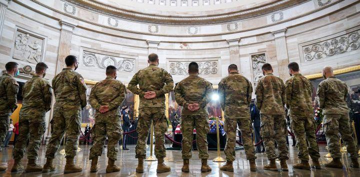 Las tropas de la Guardia Nacional presentan sus respetos en el ataúd del difunto oficial de policía del Capitolio de los EE. UU. William