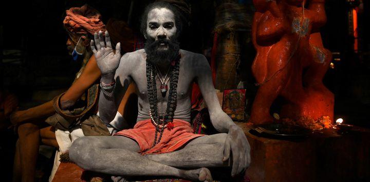 Un Sadhu o un santo hindú se sienta a orillas del río Ganges durante el festival religioso Kumbh Mela en curso en Haridwar.