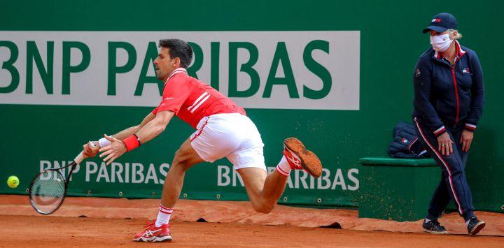 El serbio Novak Djokovic juega un regreso durante su partido de individuales de segunda ronda contra el italiano Jannik Sinner en el quinto día del torneo Montecarlo ATP Masters Series en Mónaco.