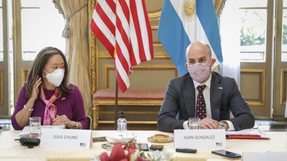 Juan González y Julie Chung, durante la entrevista con PERFIL y otros medios argentinos