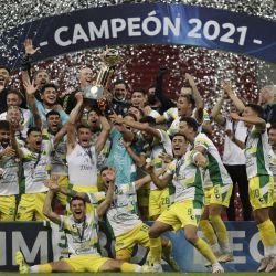 Los futbolistas de Defensa y Justicia sostienen el trofeo de la Recopa Sudamericana luego de ganar el último partido de fútbol contra el Palmeiras de Brasil en el Estadio Mane Garrincha de Brasilia.   Foto:Ueslei Marcelino / POOL / AFP