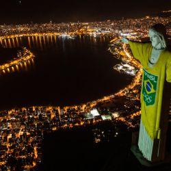 Vista aérea de la estatua del Cristo Redentor iluminada con los colores de la bandera brasileña y flechas olímpicas para marcar los 100 días hasta los Juegos Olímpicos de Tokio 2020 en Río de Janeiro, Brasil.   Foto:Mauro Pimentel / AFP