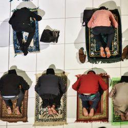 Los musulmanes realizan las primeras oraciones vespertinas 'Tarawih' del sagrado mes de ayuno del Ramadán en la Mezquita Al-Azhar. Los musulmanes de todo el mundo celebran el mes sagrado del Ramadán, el noveno y más sagrado mes del calendario islámico, en el que los creyentes se abstienen de comer, beber, fumar y tener relaciones sexuales desde el amanecer hasta el anochecer.   Foto:Sayed Hassan / DPA