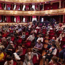 La gente asiste al estreno de    Foto:Ander Gillenea / AFP