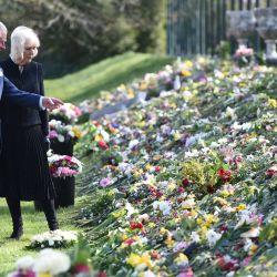 El príncipe Carlos de Inglaterra y la duquesa de Cornualles Camilla de Gran Bretaña visitan los jardines de Marlborough House en Londres para ver las flores y los mensajes de condolencia dejados por miembros del público fuera del Palacio de Buckingham por la muerte del príncipe Felipe de Gran Bretaña, duque de Edimburgo.   Foto:Jeremy Selwyn / POOL / AFP