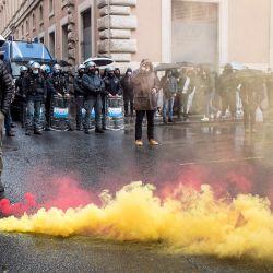 Manifestantes chocan con agentes de policía tras la manifestación de restaurantes y otros empresarios contra las restricciones del coronavirus.   Foto:Roberto Monaldo / LaPresse vía ZUMA Press / DPA