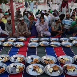 Los devotos musulmanes esperan para romper su ayuno el primer día del mes sagrado islámico de Ramadán, en la mezquita Mamon en Karachi.   Foto:Asif Hassan / AFP