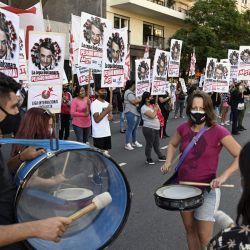 La gente sostiene pancartas que representan al presidente de Brasil, Jair Bolsonado, en la que se lee  | Foto:Juan Mabromata / AFP