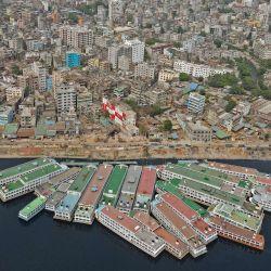 En esta foto aérea se ven botes estacionados a orillas del río Buriganga durante un bloqueo impuesto para combatir la propagación del coronavirus Covid-19, en Dhaka. | Foto:Munir Uz zaman / AFP