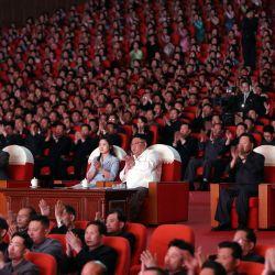 Esta foto muestra al líder norcoreano Kim Jong Un y su esposa Ri Sol Ju viendo una actuación en celebración del Día del Sol, el cumpleaños del fundador y difunto presidente del país, Kim Il Sung, en Pyongyang. | Foto:STR / AFP