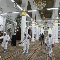 Un equipo de trabajadores vestidos con trajes de materiales peligrosos participa en la desinfección de la mezquita Al-Sayeda Nafeesah para frenar la propagación del coronavirus. | Foto:Gehad Hamdy / DPA