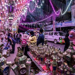 La gente compra en un puesto que vende linternas de Ramadán a lo largo de una calle principal en el suburbio norteño de Shubra (hogar de una gran población cristiana) de la capital de Egipto.   Foto:Khaled Desouki / AFP