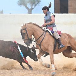 Rejoneadora francesa Lea Vicens se prepara para apuñalar un toro durante un entrenamiento en su finca cerca de Hinojos, al sur de Sevilla. | Foto:Gabriel Niños / AFP