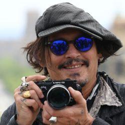 El actor estadounidense Johnny Depp toma fotografías durante el photocall de la película    Foto:Lluis Gene / AFP