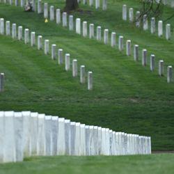 El presidente de los Estados Unidos, Joe Biden, recorre el cementerio nacional de Arlington para honrar a los veteranos caídos del conflicto afgano en Arlington, Virginia. | Foto:Brendan Smialowski / AFP