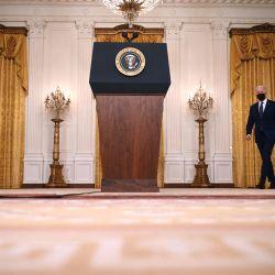 El presidente de Estados Unidos, Joe Biden, llega para pronunciar declaraciones sobre Rusia en el Salón Este de la Casa Blanca en Washington, DC.   Foto:Jim Watson / AFP
