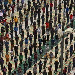 Los devotos musulmanes se reúnen en una mezquita mientras mantienen protocolos de distanciamiento social para ofrecer sus oraciones del mes sagrado de Ramadán en Srinagar. | Foto:Tauseef Mustafa / AFP