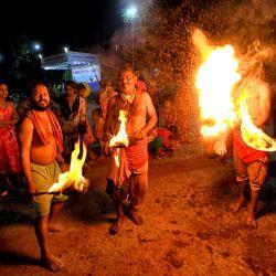 India, Kolkata: devotos hindúes juegan con fuego frente al templo de Shiva durante el Festival Charak Puja, uno de los festivales folclóricos más antiguos en el que los devotos quieren mostrar su fe en dios.   Foto:Avishek Das / DPA