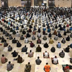 Indonesia, Yakarta: los devotos musulmanes realizan la oración semanal del viernes en la mezquita Istiqlal, con el procedimiento del protocolo de salud del Coronavirus utilizando máscaras faciales y manteniendo las distancias.   Foto:Dasril Roszandi / Zuma Wire / DPA