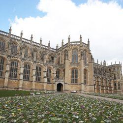 Las flores dejadas como tributos se muestran fuera de la Capilla de San Jorge, en el Castillo de Windsor en Windsor, al oeste de Londres, tras la muerte del príncipe Felipe de Gran Bretaña, duque de Edimburgo, a la edad de 99 años. | Foto:Steve Parsons / POOL / AFP