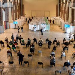 Italia, Milán: la gente espera recibir su vacuna contra el coronavirus en el centro de vacunación de la Fabbrica del Vapore.   Foto:Claudio Furlan / LaPresse vía ZUMA Press / DPA