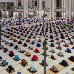 Los musulmanes practican el distanciamiento social, como medida preventiva para combatir la propagación del coronavirus COVID-19, mientras recitan la primera oración vespertina terawih en la mezquita Tuanku Mizan Zainal Abidin durante el mes sagrado islámico del Ramadán en Putrajaya. | Foto:Mohd Rasfan / AFP