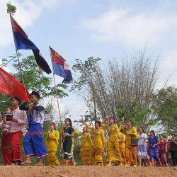 Esta foto muestra a los manifestantes marchando durante una manifestación de huelga general contra el golpe militar en Kawkareik, en el estado de Karen, en el este de Myanmar.   Foto:Handout / Kawkarei Open News / AFP