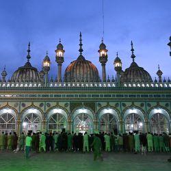 Los devotos musulmanes ofrecen oraciones después de romper su ayuno el primer día del mes sagrado islámico de Ramadán, en la mezquita Jamia en Rawalpindi.   Foto:Aamir Qureshi / AFP