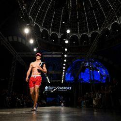Una modelo presenta el uniforme del equipo olímpico ruso para los Juegos Olímpicos de Tokio 2020, diseñado y fabricado por la empresa de ropa ZASPORT, en Moscú. | Foto:Kirill Kudryavtsev / AFP
