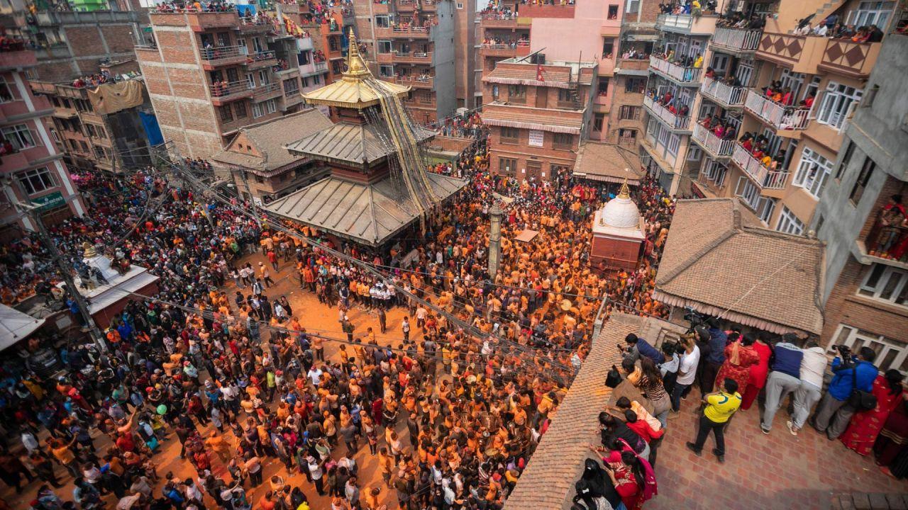 Nepal, Bhaktapur: Polvo bermellón cubre la escena durante la celebración del festival de polvo bermellón 'Sindoor Jatra'.   Foto:Prabin Ranabhat / DPA