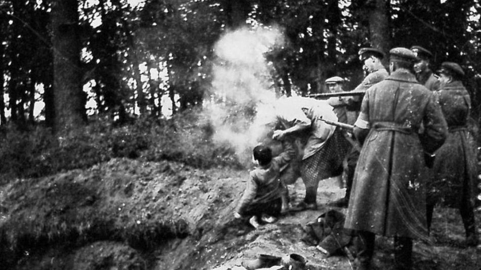 fusilamiento de mujer y dos niños por tropas alemanas y policías ucranianos