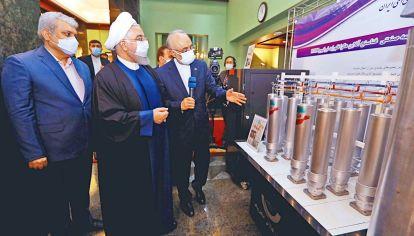 """Visita. El presidente Rohani recibe explicaciones sobre el nuevo equipamiento. En junio hay elecciones y defendió las negociaciones del pacto frente a los """"halcones"""" de su país."""