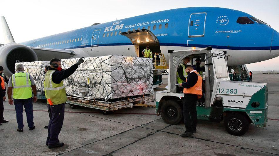 La aerolínea holandesa KLM se encargó de traer a la Argentina las vacunas de AstraZeneca del programa Covax.