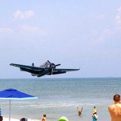 La aeronave descendió de forma muy controlada hasta tocar el agua.