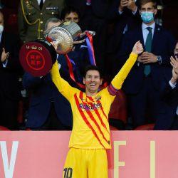 La imagen muestra al delantero argentino del Barcelona Lionel Messi celebrando con el trofeo al final de la final de la Copa del Rey de España entre el Athletic Club de Bilbao y el FC Barcelona en el estadio de La Cartuja en Sevilla. | Foto:Handout / RFEF / AFP