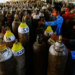 Los trabajadores se preparan para llenar cilindros de oxígeno médico para uso hospitalario en pacientes con coronavirus Covid-19 en las afueras de Jabalpur. | Foto:Uma Shankar Mishra / AFP