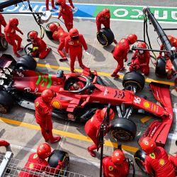 Los miembros del equipo Ferrari trabajan en el coche del piloto monegasco de Ferrari Charles Leclerc en el pit lane antes de una sesión de práctica en el Autodromo Internazionale Enzo e Dino Ferrari Race Track en Imola, Italia. | Foto:Miguel Medina / AFP
