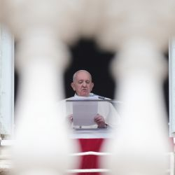 El Papa Francisco pronuncia la oración semanal del Ángelus desde la ventana del palacio apostólico con vista a la Plaza de San Pedro en el Vaticano. | Foto:Evandro Inetti / ZUMA Wire / DPA