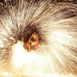 Los palestinos juegan con fuegos artificiales después de romper el ayuno durante el mes sagrado de ayuno del Ramadán. El Ramadán es el noveno y más sagrado mes del calendario islámico en el que los musulmanes de todo el mundo se abstienen de comer, beber y fumar desde el amanecer hasta el anochecer. | Foto:Ashraf Amra / APA Imágenes a través de ZUMA Wire / DPA