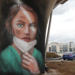 La Municipalidad Metropolitana de Ankara ha utilizado grafitis para simbolizar el trabajo y la dedicación de los trabajadores de la salud durante la pandemia de Covid-19 en la región del Hospital de la Ciudad de Ankara. | Foto:Adem Altan / AFP