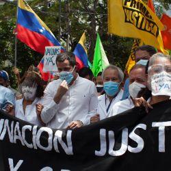 Venezuela, Caracas: el líder opositor venezolano Juan Guiado participa en una marcha hacia la oficina de las Naciones Unidas (ONU) en Caracas, para exigir el suministro de vacunas a Venezuela. | Foto:Boris Vergara / DPA