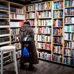 Un cliente mira libros en una librería en Bratislava, cuando las tiendas y algunos proveedores de servicios reabren tras una decisión del gobierno, durante el cierre del país destinado a frenar la propagación del brote de COVID-19, causado por el nuevo coronavirus. | Foto:Vladimir Simicek / AFP