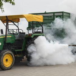Un voluntario rocía desinfectante para desinfectar un mercado mayorista de granos en medio de un aumento de casos de coronavirus Covid-19, en Amritsar. | Foto:Narinder Nanu / AFP