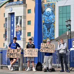 Un grupo de seguidores sostiene carteles que critican la idea de una Nueva Superliga europea, frente al estadio Stamford Bridge del Chelsea, del Chelsea, de la Premier League inglesa, en Londres, antes de su partido contra el Brighton. | Foto:Ustin Tallis / AFP